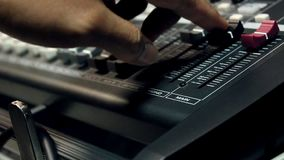 Concepto del fondo del instrumento y de la gente de música Músico que usa el mezclador de sonidos en estudio del hogar de la grab almacen de video