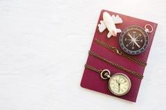 Concepto del fondo del viaje Compás, reloj de bolsillo y aeroplano encendido Imagen de archivo