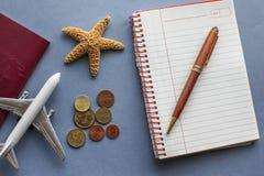 Concepto del fondo del viaje con el avión y otros objetos imagen de archivo libre de regalías
