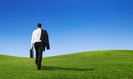 Concepto del futuro de esfuerzo de la colina del hombre de negocios que camina foto de archivo