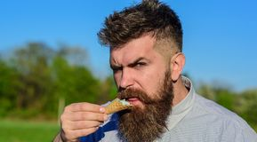 Concepto del gusto por lo dulce Hombre barbudo con el cono de helado El hombre con la barba goza del helado Hombre con la barba y Imagen de archivo libre de regalías