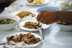 Concepto del hambre consumición para la supervivencia imagenes de archivo