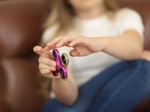 Concepto del hilandero dos hilanderos se ponen verde y pican en el primer de las manos del ` s del niño dentro que juega a la muc Foto de archivo