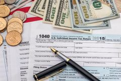 concepto del impuesto - forma de impuesto 1040, pluma, nosotros dinero Fotografía de archivo