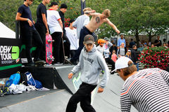 Concepto del inconformista de la forma de vida del salto de los muchachos que anda en monopatín Foto de archivo