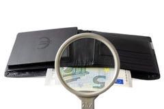 Concepto del inversor del hallazgo con la cartera y la lupa Imagen de archivo libre de regalías