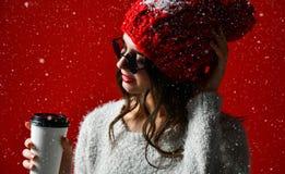 Concepto del invierno, de la gente, de la felicidad, de la bebida y de los alimentos de preparación rápida - mujer en sombrero co imagenes de archivo