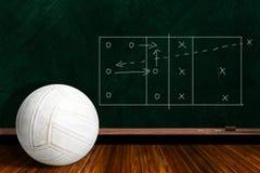 Concepto del juego con voleibol y estrategia del juego del tablero de tiza Foto de archivo libre de regalías