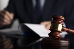 Concepto del juez Lugar para el texto imagen de archivo