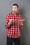 Concepto del lenguaje corporal para el hombre decepcionado 40s Imagen de archivo libre de regalías