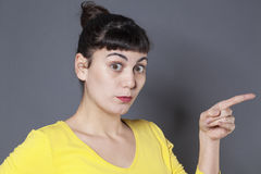 Concepto del lenguaje corporal para la mujer sorprendida 20s Fotografía de archivo libre de regalías