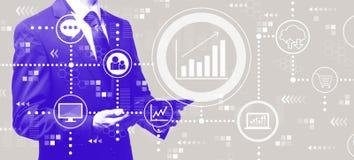 Concepto del márketing con el hombre de negocios que sostiene una tableta stock de ilustración