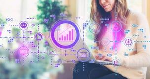 Concepto del márketing con la mujer que usa un ordenador portátil libre illustration
