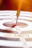 Concepto del márketing del correo electrónico con la flecha de los dardos Imagen de archivo