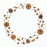 Concepto del marco de la Navidad o del Año Nuevo con los conos del pino en el fondo blanco Endecha plana, visión superior Foto de archivo
