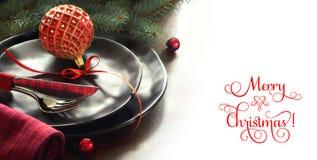 Concepto del menú de la Navidad con las placas negras y los cubiertos adornados Fotografía de archivo