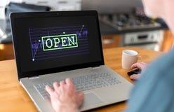 Concepto del mercado de acción abierta en un ordenador portátil Fotografía de archivo