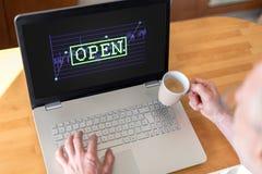 Concepto del mercado de acción abierta en un ordenador portátil Fotos de archivo