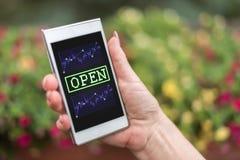 Concepto del mercado de acción abierta en un smartphone Foto de archivo