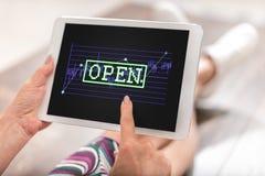 Concepto del mercado de acción abierta en una tableta Fotos de archivo libres de regalías