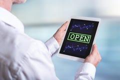 Concepto del mercado de acción abierta en una tableta Foto de archivo