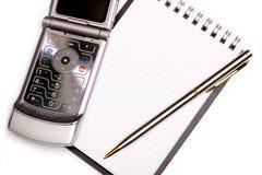 Concepto del mobiliario de oficinas - cuaderno espiral, pluma y teléfono moderno Fotos de archivo