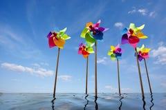 Concepto del molino de viento del juguete de parque eólico verde de la energía Foto de archivo libre de regalías