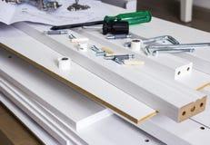 Concepto del montaje de los muebles de herramienta y de madera blanca Imagen de archivo libre de regalías