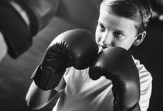 Concepto del movimiento del ejercicio del boxeo del entrenamiento del muchacho imagen de archivo