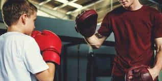 Concepto del movimiento del ejercicio del boxeo del entrenamiento del muchacho imagenes de archivo