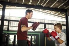 Concepto del movimiento del ejercicio del boxeo del entrenamiento del muchacho imágenes de archivo libres de regalías