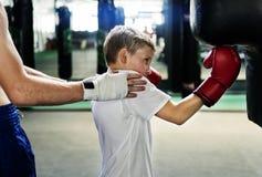 Concepto del movimiento del ejercicio del boxeo del entrenamiento del muchacho fotos de archivo