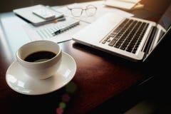 Concepto del negocio con el espacio de la copia Tabla del escritorio de oficina con el foc de la pluma Imágenes de archivo libres de regalías