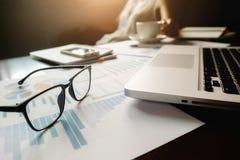 Concepto del negocio con el espacio de la copia Tabla del escritorio de oficina con el foc de la pluma Imagen de archivo libre de regalías
