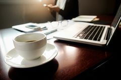 Concepto del negocio con el espacio de la copia Tabla del escritorio de oficina con el foc de la pluma Fotos de archivo libres de regalías