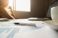 Concepto del negocio con el espacio de la copia Tabla del escritorio de oficina con el foc de la pluma Foto de archivo libre de regalías