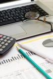 Concepto del negocio con un informe, el dinero y una calculadora