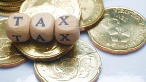Concepto del negocio con una palabra de GST en monedas apiladas Imagen de archivo