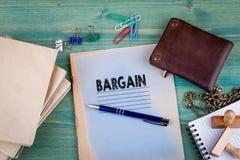 Concepto del negocio Cuaderno en un fondo verde claro Accesorios de los efectos de escritorio de la oficina Fotografía de archivo libre de regalías