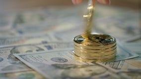 Concepto del negocio de Bitcoin La mano humana gira la moneda del pedazo del oro Moneda Crypto metrajes