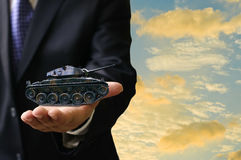 Concepto del negocio de la guerra, el tanque de la guerra de la oferta del hombre de negocios Fotografía de archivo libre de regalías