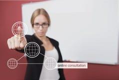 Concepto del negocio, de la tecnología y de Internet - empresaria que presiona el botón en línea asesor en las pantallas virtuale Imagen de archivo libre de regalías
