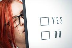 Concepto del negocio de opción y de votación Una mujer en un traje y un gla Foto de archivo libre de regalías