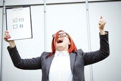 Concepto del negocio de opción y de votación Una mujer en un traje y un gla Fotos de archivo libres de regalías