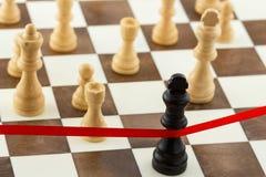 Concepto del negocio del ajedrez con la figura del ` s del rey que cruza el ri del final Fotografía de archivo libre de regalías