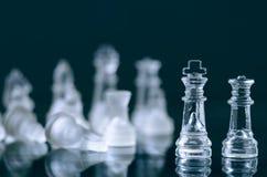 Concepto del negocio del ajedrez de victoria Figuras del ajedrez en una reflexión del tablero de ajedrez juego Concepto de la com Imagen de archivo libre de regalías
