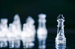 Concepto del negocio del ajedrez de victoria Figuras del ajedrez en una reflexión del tablero de ajedrez juego Concepto de la com Fotografía de archivo