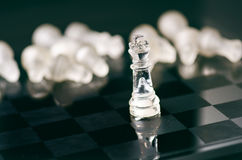 Concepto del negocio del ajedrez de victoria Figuras del ajedrez en una reflexión del tablero de ajedrez juego Concepto de la com Foto de archivo libre de regalías