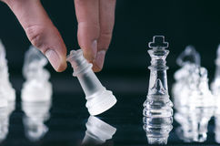 Concepto del negocio del ajedrez de victoria Figuras del ajedrez en una reflexión del tablero de ajedrez juego Concepto de la com imágenes de archivo libres de regalías
