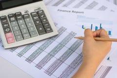 Concepto del negocio: El mercado de acción de la contabilidad financiera representa anal gráficamente Imágenes de archivo libres de regalías